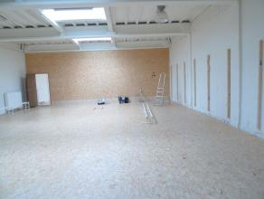 Loods of handelsgelijkvloers (350 m²) met grote elektrische inrijpoort (br 10 x 3.44 hoog)Loods of handelsgelijkvloers (350 m²) met grote el