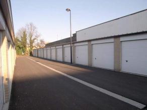 Garagebox met automatische sectionale poort nabij ExpreswegRecente garagebox van 18m² met geïsoleerd dak en elektrisch bediende sectionale p