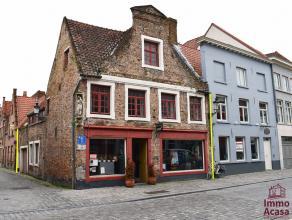 Charmante woning met handelsruimte in centrum Brugge. <br /> <br /> De woning omvat een ruim handelspand met een oppervlakte van 49m2 met dubbele etal