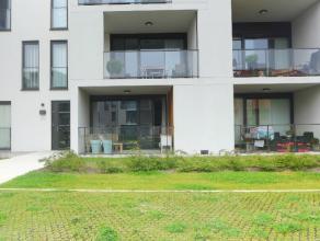 Rustig, op het gelijkvloers gelegen nieuwbouw appartement met terras en ondergrondse staanplaats. INDELING: Inkomhal met toilet en badkamer voorzien v