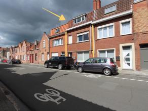 Deze licht op te frissen gezinswoning is gelegen op enkele minuten stappen van de Ezelstraat en Centrum Brugge. De woning is voorzien van een aparte i