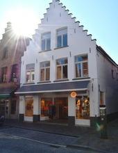 Uitermate goed gelegen handelsruimte van circa 180 m² in de Smedenstraat. Deze handelsruimte is bijzonder geschikt voor een kledingzaak, een inte