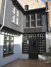Herenhuis met zicht op de Brugse reien en omgeven door groen. Op het gelijkvloers bevindt zich de woonkamer, eetkamer, de keuken en het toilet. De eer