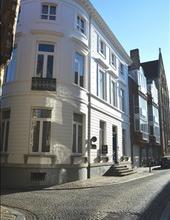 Uitzonderlijk prachtig gelijkvloers appartement in herenwoning te Brugge. Bestaande uit inkomhall, berging, toilet, ruime woonkamer in parket, ingeric
