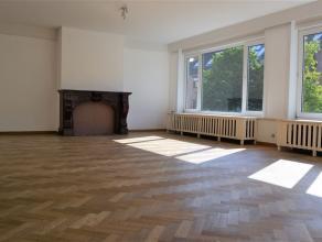 Bijzonder ruim en aangenaam appartement Het bestaat uit een ruime inkomhal met gastentoilet, Een zonnige en royale woonkamer met parketvloer, een mooi