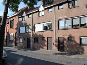 Ruime woning in hartje Brugge De gelijkvloerse verdieping bestaat uit een inkomhal met gastentoilet, een verzorgde keuken met berging, een aangename e