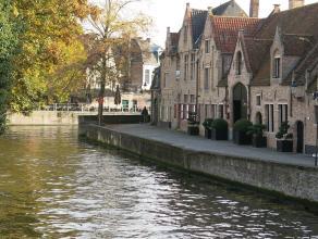 Deze ruime Brugse 4-slaapkamerwoning heeft een idyllische ligging in het historisch centrum van Brugge met rustgevend zicht op de Groenerei. Op wandel