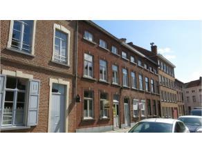 Deze gemeubelde duplex- studentenkamer is zeer rustig gelegen in het centrum van Brugge vlakbij diverse winkels, openbaar vervoer en het Astridpark en