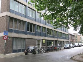 Deze zeer ruime handelsruimte aan het Beursplein te Brugge is een uitstekende locatie om een zaak of kantoor op te starten. Er is ook zeer veel parkee