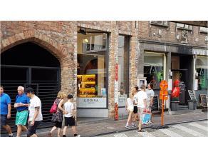 Dit handelspand heeft een commerciele topligging in het toeristische hart van Brugge. Een instapklare winkelruimte gelegen in de Wollestraat, vlakbij