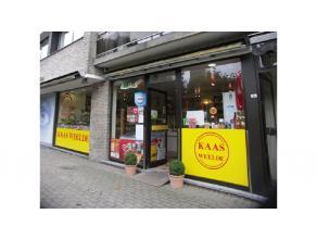 Winkelruimte met een commerciele ligging in het centrum van Sint-Kruis. Verhuur handelspand met kleine overname goeddraaiende kaasspeciaalzaak..Bestaa