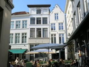 Dit café met terras heeft een commerciële en toeristische topligging aan de Eiermarkt een gekende uitgangsbuurt vlakbij de grote markt in