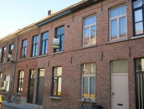 Deze vernieuwde woning is rustig gelegen in het centrum van Brugge vlakbij de Gentpoortvest. De comfortabele woonst ligt tussen de Gentpoort en de Kat