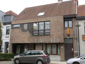 Dit comfortabel 2-slaapkamerappartement met autostandplaats en ruim terras is ideaal gelegen in het centrum van Sint-Michiels, vlakbij het station en