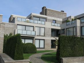 Zongericht 2-slaapkamerappartement met zeer ruim terras op een residentiële ligging te Sint-Michiels Brugge. Bestaande uit een inkom, ruime zonge