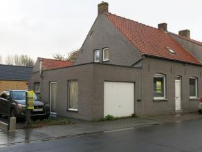 Zoekt u een gezellige woonst in Waardamme Oostkamp, dan is deze rustig gelegen koppelwoning met garage en tuin zeker een bezoek waard. Bestaande uit e