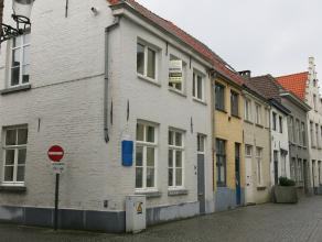 Deze gerenoveerde hoekwoning is centraal gelegen in de Brugse binnenstad en heeft een goede verbinding naar de ring. Het instapklare pand is volledig