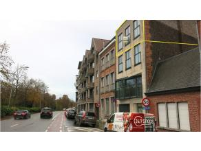 Dit ruim en modern 2-slaapkamer duplex-appartement is zeer goed gelegen aan de rand van het centrum Brugge, Het pand heeft een open uitzicht op het St