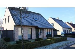 Ruime, verzorgde alleenstaande woning met tuin te Diksmuide. Op een overgang van De Polders en het Houtland, RUSTIG GELEGEN en op wandelafstand van op