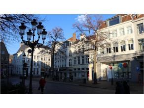 Prachtig luxe duplex-appartement met interessante ligging in het centrum van Brugge, vlakbij de markt en de stadschouwburg. Hier geniet je ten volle v