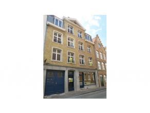 Dit ruim en volledig vernieuwd 2-slaapkamerappartement is centraal gelegen in de Brugse binnenstad, vlakbij diverse winkels, de Markt en de theaterpla