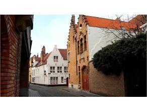 Vlakbij de grote Markt van Brugge vindt u deze ruime gemeubelde studio! Door z'n mooie ligging en comfortabele indeling is dit uniek in z'n soort. Maa