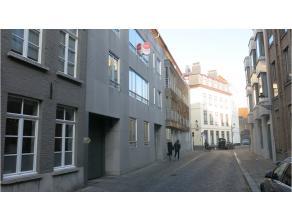 Gesloten garagebox in het centrum Brugge te huur! Zoekt u een nette afgesloten box voorzien van electricitiet tussen de Steenstraat en de Noordzandstr