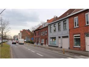 Recent deels gerenoveerde woning met 3 à 4 kamers, terras en garage in Assebroek. Machtige ligging vlakbij Katelijnepoort, de toegang tot centr