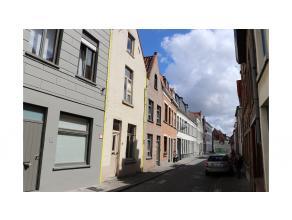 Ruime stadswoning met terras centraal gelegen in de Brugse binnenstad. Praktische indeling, mooie locatie, vlakbij openbaar vervoer, scholen, winkels,