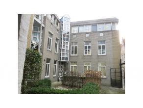 Dit instapklaar 2-slaapkamer dakappartement heeft een uitstekende en zeer rustige ligging in het centrum van Brugge, vlakbij het Astridpark, de Vismar