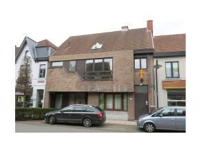 Hedendaags gemeubeld 1-slaapkamerappartement met terras en private parking te Sint-Michiels Brugge. Modern, perfect instapklaar, zeer energiezuinig en