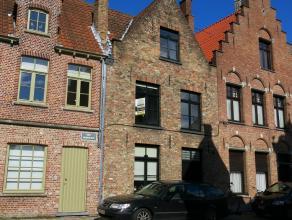 Karaktervolle 17e eeuwse 3-slaapkamerwoning met zeer rustige ligging in het centrum van Brugge vlakbij 't Zand en de belangrijkste winkelstraten.Besta