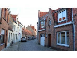 Charmante en zongerichte stadswoning met 4 kamers, ruim terras en garage te Brugge. Praktische indeling, groots ruimte gevoel en aantrekkelijke buiten