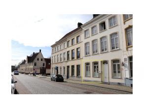 Deze gemeubelde studentenkamer met privaat sanitair is gelegen tussen het station en het t' Zand van Brugge en op wandelafstand van de diverse modalit