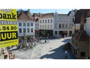 Vernieuwd en kwalitatief afgewerkt 2-slaapkamer appartement, op 100m van de Markt en met zicht op het belfort van Brugge. Geniet hier in alle comfort
