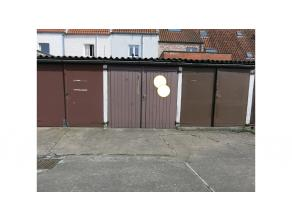 Garage met dubbele houten poort in garagecomplex vlakbij de Coupurebrug in het centrum van Brugge. Ideaal voor de buurtbewoners, nooit meer op zoek na