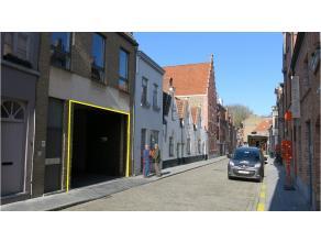 Ondergrondse garagebox te huur in het centrum van Brugge, vlakbij de Smedepoort. Ideaal voor bewoners van de Lane, Leemputstraat, Smedenstraat, Guido