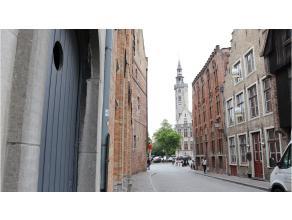 Veelzijdig authentiek handelspand met woonmogelijkheid in de Brugse binnenstad vlakbij het Jan van Eyckplein en de Spinolarei. De sprong naar uw zelfs