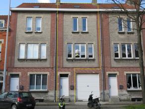 Zeer ruim duplex-appartement met 3 slaapkamers te huur te Sint-Kruis. Er is maar 1 wooneenheid en geeft u het comfort en gevoel van een bel-etagewonin