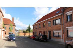Ruime rijwoning met 3 kamers, tuin en terras in de wijk van Sint-Jozef net buiten het centrum Brugge. Comfortabele indeling, ruimte en uitstekende lig
