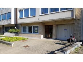 Dit ruim instapklaar gelijkvloers appartement is rustig gelegen in Kristus-Koning. Een aangename woonwijk vlakbij het centrum van Brugge, diverse wink