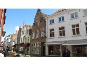 Vernieuwd instapklaar en ruim dakappartement op een prachtige ligging in het centrum van Brugge, vlakbij het Begijnhof en het Minnewater. Zeer grondig