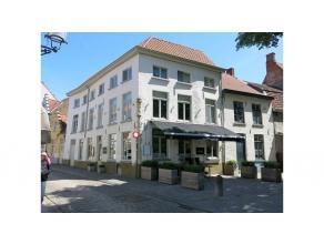 Horecapand met terras en woonst te huur op een bruisende/ toeristische hotspot in Brugge. Een eigentijds en trendy gezellig kader. De zon breekt steed