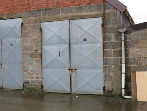 Opslagplaats/ garage gelegen vlakbij Scheepsdalebrug en rotonde Blankenbergse - en Oostendse Steenweg te Brugge. Vlotte doorgang om te laden, lossen e