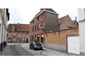 Authentieke ruime hoekwoning met 4 kamers, stadsterras en garage te huur in het hartje van Brugge. Deze woonst biedt u alle rust op een makkelijk bere