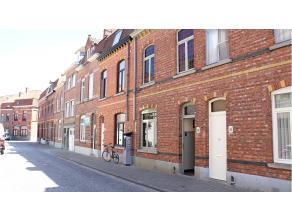 Ruime en comfortabele stadswoning met 4 slaapkamers, terras en tuin te Brugge. Zeer aantrekkelijke woning qua indeling en ligging, vlakbij de ezelpoor