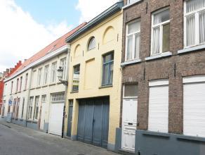 Geniet volop van het bruisende stadsleven in dit gemeubeld duplex-appartement gelegen in een rustige straat van Brugge. Zijn ruime leefruimte en aange