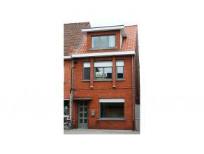 Aangename 3-slaapkamerwoning met terras op een aantrekkelijke ligging in Sint-Michiels Brugge. De woonkamer wordt herschilderd in het wit en er wordt