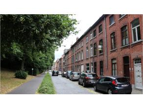 Instapklare woning met een ruim terras te huur op een rustige ligging in het centrum van Brugge. Met een uniek zicht op de Vesten en vlakbij alles (st