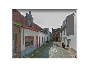Gezellige stadswoning met 2 kamers en een ruim terras te huur gelegen in een centrale doch rustige straat in het centrum van Brugge. Alles binnen hand